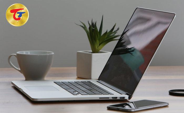 cầm laptop 01